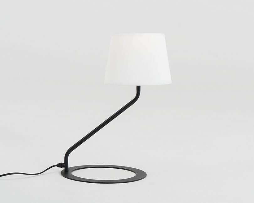 STOLNÍ LAMPA SHADE BÍLÁ S ČERNOU NOHOU